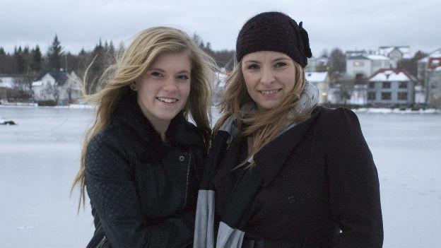 Hat nun ihren Namen auch offiziell: Die 15-jährige Blaer (links) mit ihrer Mutter in Reykjavik.