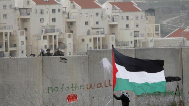 Palästinensischer Demonstrant vor jüdischen Siedlungen im Westjordanland.