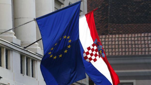 Die EU-Fahne am Parlament in Zagreb zeigt es: Kroatien will in die EU.