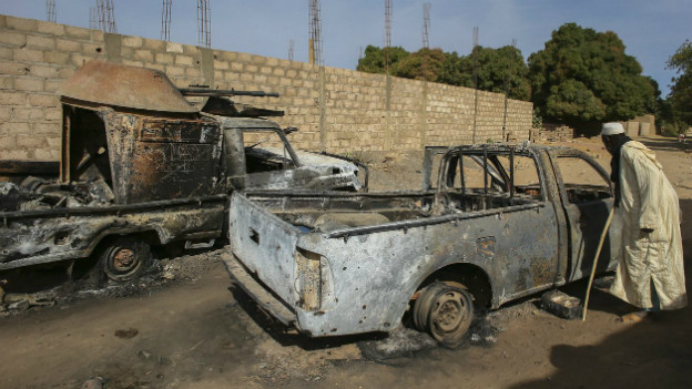 Ein ausgebranntes Fahrzeug in Diabaly im Januar 2013.