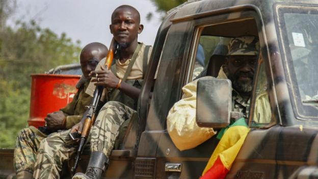 Soldaten der malischen Armee auf einem Pickup.