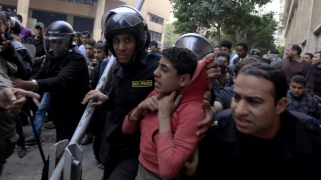 Polizisten verhaften einen Demonstranten in der Nähe des Tahrir-Platzes Ende Januar 2013.