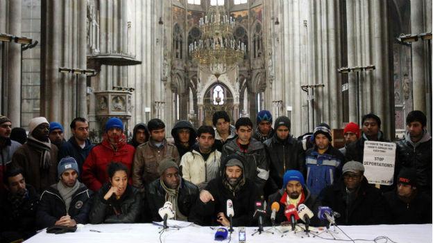 Die rund 40 Asylbewerber bei einer Pressekonferenz in der Votivkirche.