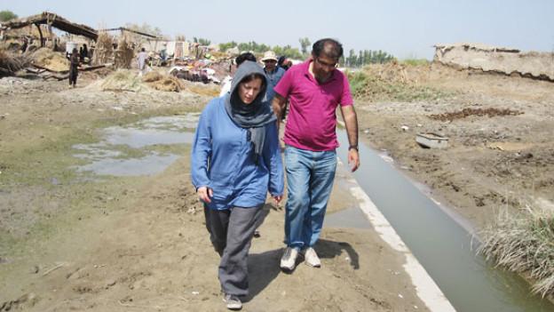Bettina Iseli im Überschwemmungsgebiet.