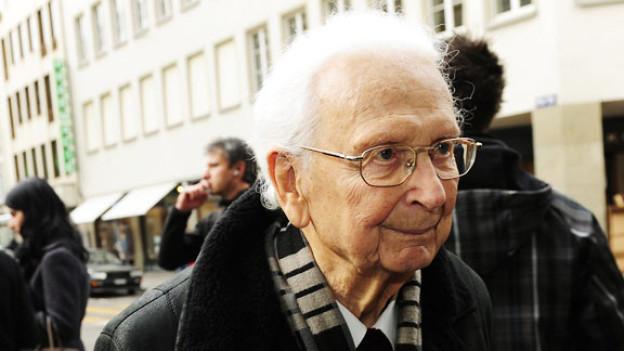 Walter Roderer im Januar 2011 auf dem Weg zur Trauerfeier für Schauspielerin Stephanie Glaser im Zürcher Fraumünster.