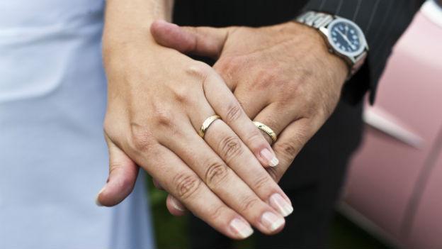 Herr Meier und Frau Müller behalten künftig nach der Heirat ihre Namen.