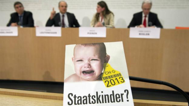 Überparteiliches Nein-Komitee an der Pressekonferenz zum Familienartikel im Januar 2013.