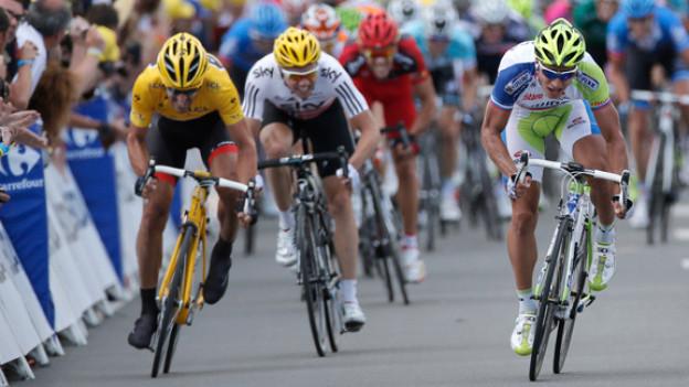 Fabian Cancellara (links) behält das gelbe Leadertrikot. Er beendet die erste Etappe der Tour de France als zweiter, hinter dem Slowaken Peter Sagan.