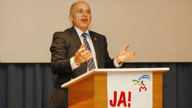 Sportminister Ueli Maurer wirbt in Jenaz für eine Olympiakandidatur des Kantons Graubünden.
