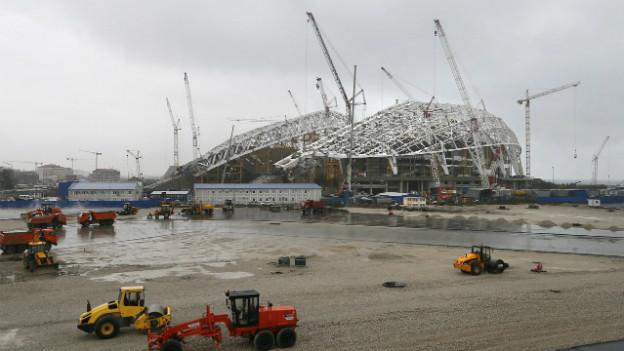 Arbeiten am olympischen Stadion in Sotschi.