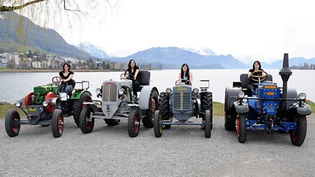 Sepp Knüsels Töchter Edith, Theres, Doris und Ruth (v.l.n.r.) auf ihren Lieblings-Traktoren.