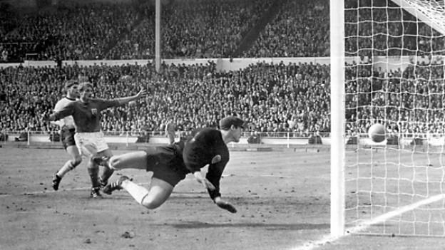 Der deutsche Torwart Hans Tilkowski schaut dem Ball nach und der Niederlage entgegen.
