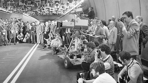 Der Gotthard Strassentunnel wird am 5. September 1980 in Anwesenheit vieler Medienleute eröffnet.