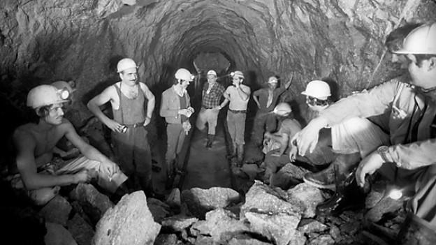 Bergleute waehrend dem Baubeginn des Gotthard-Strassentunnels im Mai 1970.