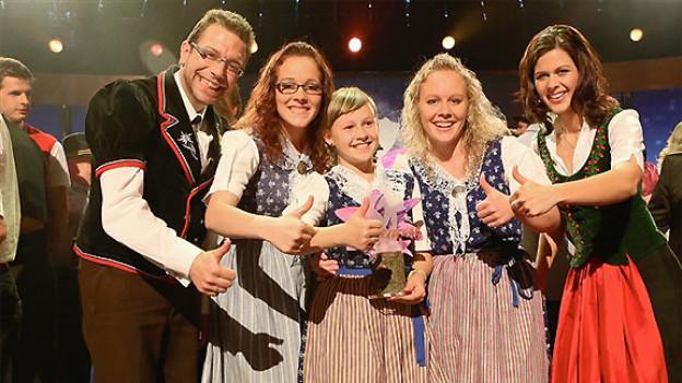 Sieger der «Alpenrose 2012»: Geschwister Weber und ihre Patin Melanie Oesch.
