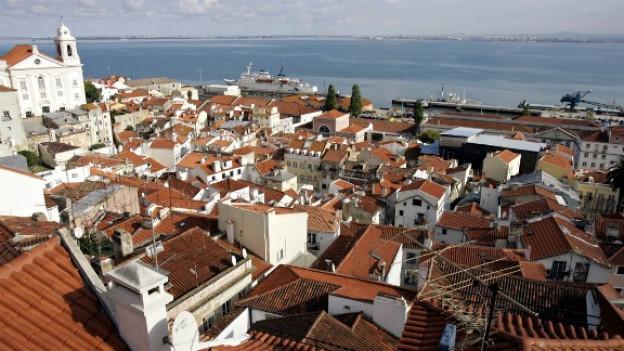 Sicht über die Lissaboner Altstadt auf den Atlantik