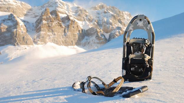 Dank Schneeschuhen verteilt sich das Körpergewicht auf eine grössere Fläche. Dadurch versinkt man beim Wandern nicht im Tiefschnee.