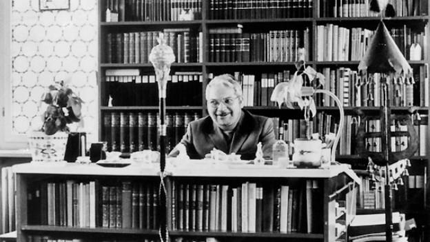 Der Schweizer Komponist Paul Burkhard (1911-1977) in seinem Arbeitszimmer in Zell. Undatierte Aufnahme.