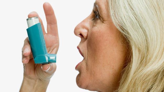 Kortisonhaltige Medikamente helfen bei Asthma.