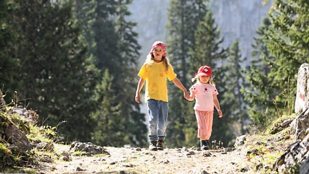 Kinder wollen auf Wanderungen auch Zeit für Spiel und Entdeckungen haben.