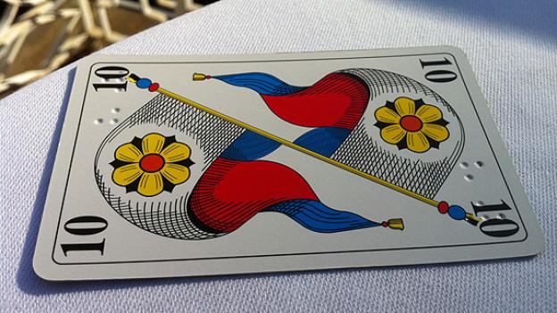 Jasskarte mit Farbe und Blindenschrift.