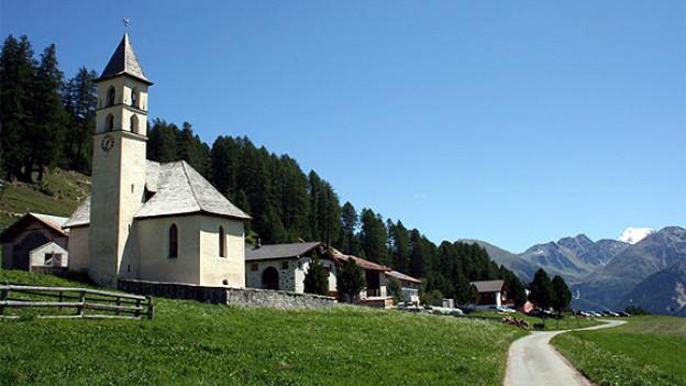 Kirche Lü, im Hintergrund der Ortlermassiv.