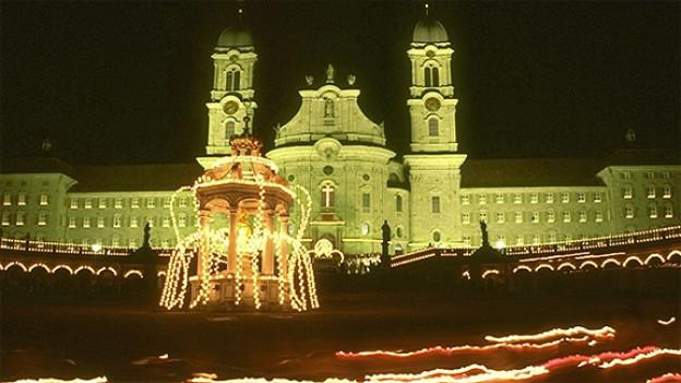 Lichterprozession auf dem Klosterplatz Einsiedeln.