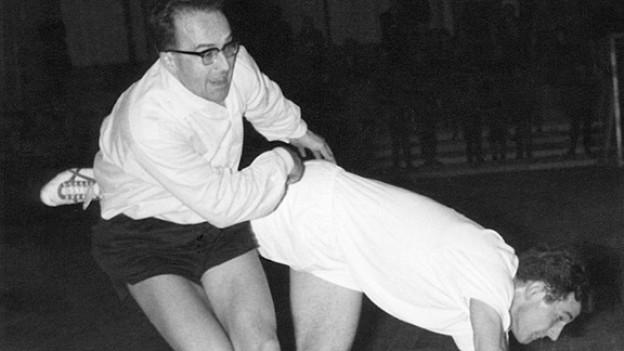 Der Nationalrat und spätere Bundesrat Kurt Furgler in Aktion bei einem Handball-Match, undatierte Aufnahme. Furgler war vor seiner Politikerkarriere bei St. Otmar St. Gallen Handballspieler und blieb auch als Bundesrat sportbegeistert.