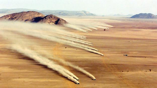 Rallye Dakar 1999: Rallyefahrzeuge unterwegs in der Mauretanischen Wüste.