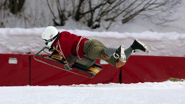 Stürze sind auf dem Cresta Run in St. Moritz zwar keine Seltenheit, die meisten gehen aber glimpflich aus, aufgenommen am 7. Januar 2005 waehrend eines Trainingstages.