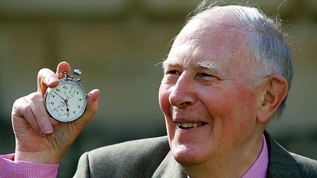Roger Bannister mit der Stoppuhr, die 1954 seinen Meilen-Weltrekord festgehalten hat. Die Aufnahme entstand 2004, als das Pembroke College in Oxford den 50. Jahrestag vom historischen Weltrekord feierte.