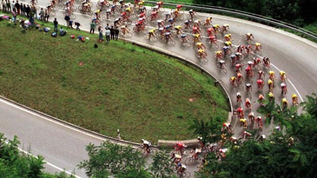 Ein Feld von Fahrern unterwegs Richtung Gotthard-Passhöhe, während der 7. Etappe der Tour de Suisse 1997.