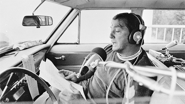 Sepp Renggli im Aufnahmewagen an der Tour de Suisse 1982.