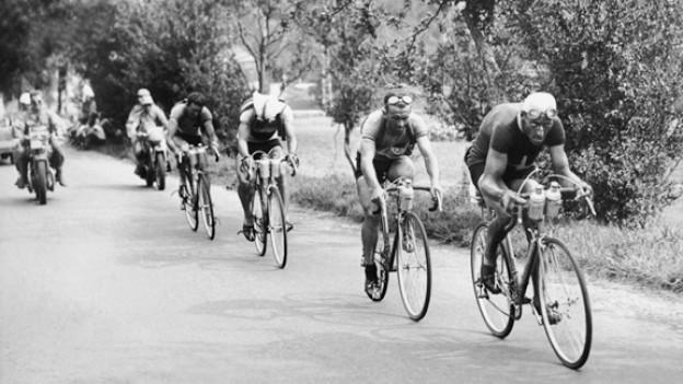 Der Schweizer Radrennfahrer Ferdy Kübler an der Tour de France 1947. Kurz vor dem Ziel Besançon führt er eine Gruppe an, gefolgt von Edouard Fachleitner.