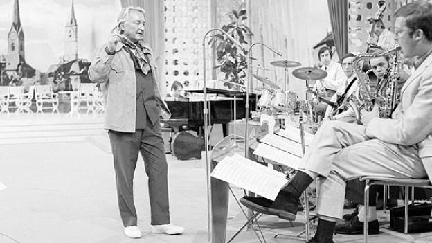 Der Schweizer Bandleader Teddy Stauffer 1969 mit dem Max Greger Orchester in der ZDF-Sendung «Der Goldene Schuss».