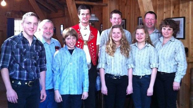 Pate Nicolas Senn (Mitte hinten) mit den Kandidierenden für die Kategorie «Ländler Hits»: Adrian Gisiger, der 12-jährige Oliver Marti mit Begleitung und «Hüsmüsig Familie Holzer» (v.l.n.r.).