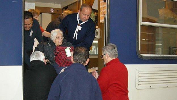 Auf der Fahrt nach Lourdes braucht es für den Transport der Kranken viele helfende Hände.