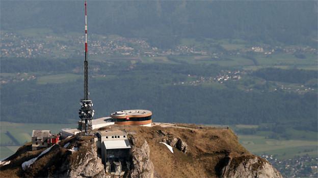 Luftaufnahme vom Bergrestaurant Hoher Kasten. Im Hintergrund sieht man das Vorarlberger Rheintal.