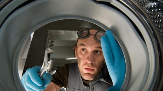 Ein Automechaniker mit einem Schraubenschlüssel.