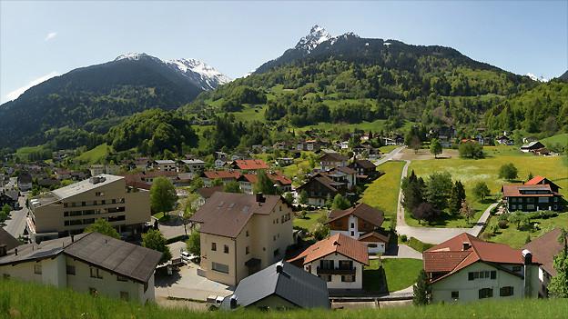 Blick von Mottabühl auf das Kirchdorf von Tschagguns im Vorarlberg. In der Bildmitte ragt die Tschaggunser Mittagspitze 2.168m hervor.