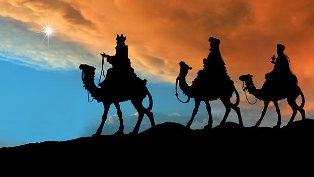 Der Stern leuchtet den Weisen aus dem Morgenland den Weg zum Stall von Bethlehem.