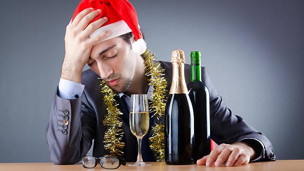 Wenn der Kopf nach der Silvesterfeier brummt, helfen zum Beispiel saure oder salzige Speisen.