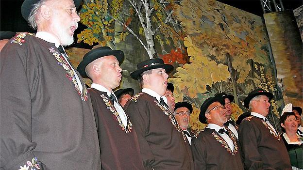 2010 hat der Jodlerklub Giswil das 50-Jahr-Jubiläum gefeiert. Anlässlich der Jubiläumsfeier gratuliert Edi Gasser (links) Toni Vogler zu seinem neuen Juiz.