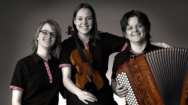 Drei junge Frauen mit ihren Instrumenten.