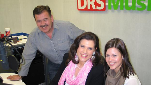Oesch's die Dritten zu Gast im Studio von DRS Musikwelle: Hansueli Oesch, Maja Brunner, Melanie Oesch (v.l.n.r.).