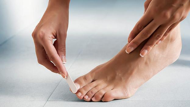 Nägel sollte man möglichst feilen und nicht schneiden. Beim Schneiden besteht das Risiko, dass man an den Nagelecken zuviel wegschneidet.