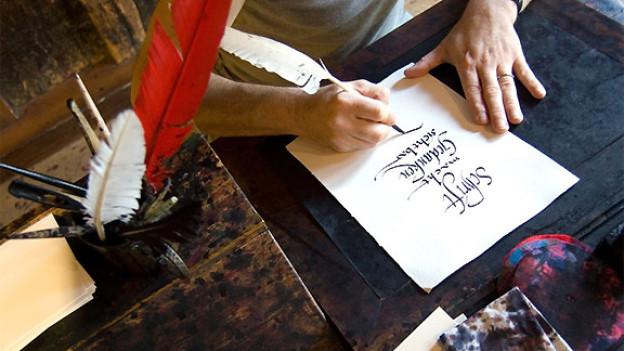 In der Papiermühle Basel lässt sich unter anderem erleben, wie es ist, mit Tinte und Federkiel zu schreiben.