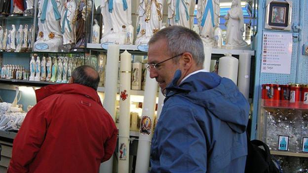 Der Schweizer Arzt Thomas Kissling unterwegs im französischen Wallfahrtsort Lourdes.