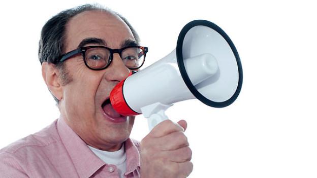 Sprechen trainiert die Stimme und lässt sie auch ohne Hilfsmittel kräftig ertönen.