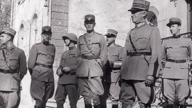 General Guisan zu Besuch auf Schloss Jegenstorf.